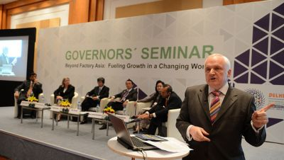 Nik Gowing, International Journalist and Broadcaster, moderates the Governors' Seminar: Beyond Factory Asia