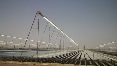 CLFR focuses the sun's heat onto a system of tubes carrying water, which is then transformed by the concentrated sunlight into superheated steam that feeds a steam turbine to generate electricity.